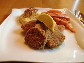Gebackene Zunge mit Kartoffel-Sellerie Püree und glasierten Karotten