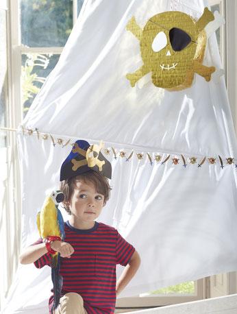 decoration-anniversaire-pirate-meri-meri-guirlande-pinata-tete-de-mort