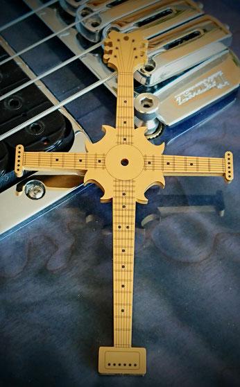 Instruments on Body, Halsschmuck Musiker, Anhänger Halskette, Kreuz, Schmuck für Musiker, Accessoires für Musiker, Schmuck für Gitarristen, Fashion for Musicians, Accessoires für Gitarristen, Geschenk für Musiker.