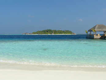 Blick nach Maafushivaru von Lonubo aus