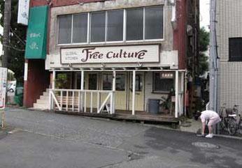 神奈川県・藤沢駅前さいか屋の駐車場入口のカフェ