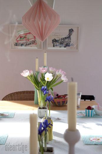 dieartigeBLOG - vorbei das Osterfrühstück | zartrosa Tulpen, Applicata Kerzenständer, Zwerg-Iris