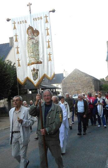 1-Les marcheurs arrivent en procession, depuis la Chapelle ND des Joies, à la maison paroissiale de Lanmeur