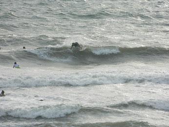 面ガタで癖がある波ですが皆さんそれぞれに攻めてました。