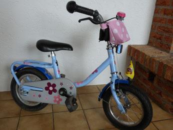 Frühlingsstart Ein Neues Fahrrad Für Die Kleinste Der