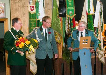 Jürgen Meyer (links) & Herbert Hanke (rechts) gratulieren dem 1.Vorsitzenden Jens Hesebeck zum Jubiläum
