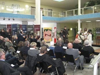 Viel Applaus: Schülerinnen undSchüler führten Martin Luther's Thesenanstallung auf