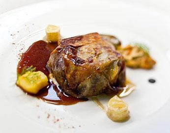 Rabo de novilla en costra de patata con bombón de foie 若牛のテールのじゃがいもの皮包み、フォアグラボンボン添え (www.diariodegastronomia.com)