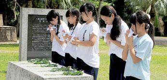 戦争マラリア犠牲者慰霊之碑に献花する八重山のおどり稽古道場の門下生(21日午後)
