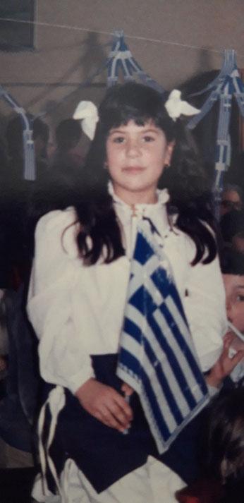 Schulfest am griechischen Nationalfeiertag, 25. März 1985, Argyri Paraschaki mit griechischer Fahne