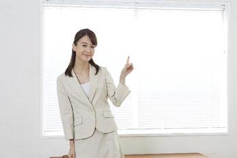 薬局の働き方について指導している女性