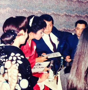 写真は女渡世人として銀幕で一世を風靡した扇ひろ子と竹垣悟