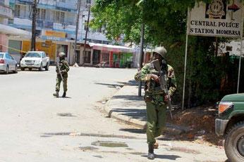 Militari armati di pattuglia alla stazione di polizia di Mombasa.