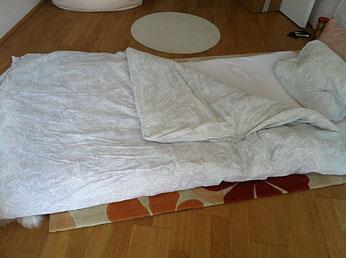 auf dem Boden schlafen - Rezept gegen Rückenschmerzen