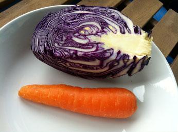 Rotkohl und Karotte für veganen coleslaw