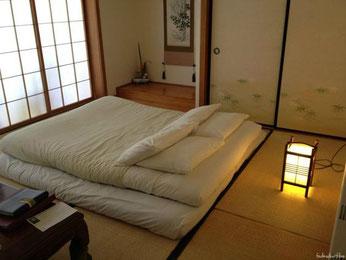 Schlafen auf dem Boden in Japan