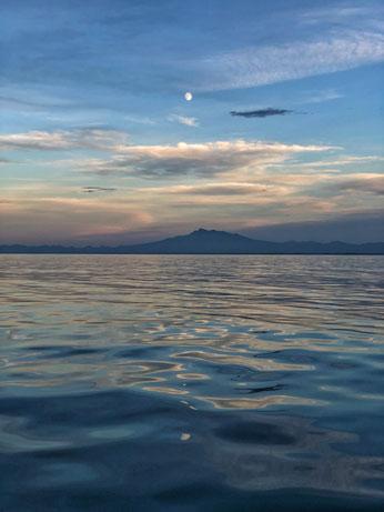 Luna sobre la península de Shiretoko desde el mar de Ojotsk.