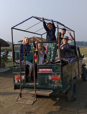 Im offenen Jeep ging es vom Hotel zum Einsatzpunkt - hoch im Kurs bei den Kindern!