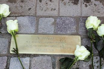 """Eine so genannte """"Stolperschwelle"""" erinnert nun in Rehburg, Mühlentorstraße 7, daran, dass dort über nahezu 100 Jahre die Synagoge der jüdischen Gemeinde war – bis zur Pogromnacht."""