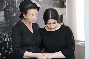 Selma Levy (Christine Gleiss, links) erzählt die Geschichte der jüdischen Gemeinde Rehburg – in den Gottesdiensten zum Buß- und Bettag gemeinsam mit Schülern aus der Loccumer Oberschule.