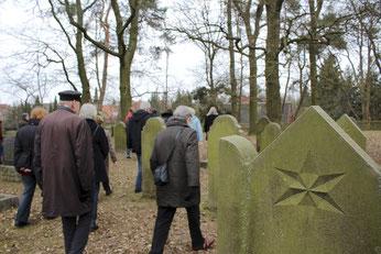 Die Geschichte des jüdischen Friedhofs in Rehburg wird bei der Führung erläutert – ebenso wie die Bestattungskultur im Judentum.