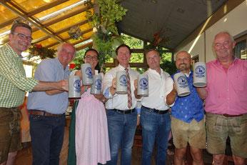 Anstoßen auf ein erfolgreiches Volksfest, Foto: Dr. Franz Janka /Stadt Neumarkt