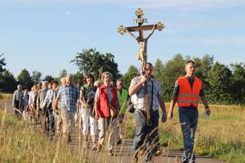 Foto: Wallfahrer auf dem Weg zum Grab des heiligen Willibald in Eichstätt. pde-Archivfoto: Geraldo Hoffmann