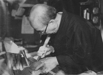 日本伝統工芸展・三軌展等で積極的に作品を発表。鳳来寺硯はマスコミでも紹介されるようになった。 昭和50年代の作硯風景