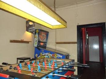Fußballkickertisch und Flipperautomat im ehemligen Napalm Beach