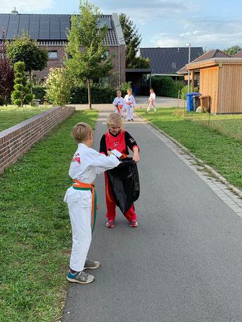 Teamwork mal anders - Die Kinder Kampfsportschule Friesoythe räumen auf