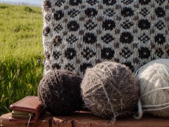 Kissen und Strickwolle