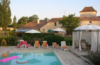 piscine,terrasse et gloriette face au gite