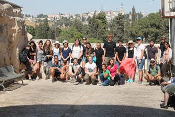 Deutsche und israelische Jugendliche in der Altstadt von Jerusalem - im Hintergrund Klagemauer und Felsendom