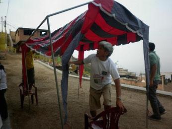 Das Zelt wird aufgebaut, der Unterricht kann beginnen, Februar 2012.