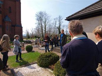 Nick Büscher weißt auf die Bedeutung der Kirche in Steinbergen als Lebensraum hin: Sie ist FFH-Gebiet, denn hier befindet sich eine Fledermaus-Wochenstube des Großen Mausohres. - Foto: Kathy Büscher