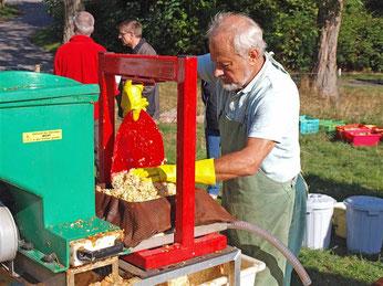 Die Saftpresse war das Highlight des Apfelfestes auf der NABU Streuobstwiese. - Foto: Kathy Büscher