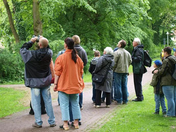Kinder, Eltern, Lehrer und die Ehrenamtlichen des Naturschutzbundes erkunden die Vogelwelt rund um den Blumenwall. - Foto: Kathy Büscher