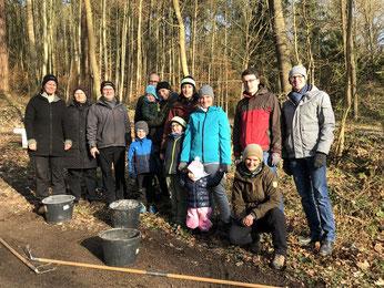 Die fleißigen Familien und Gruppenleiter im Goldbacher Wald