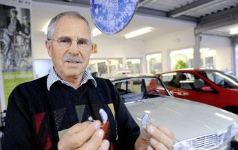 Garagier Roland Schuck ist auf der Suche nach passenden Hörgeräte auf erstaunliche Resultate gestossen.