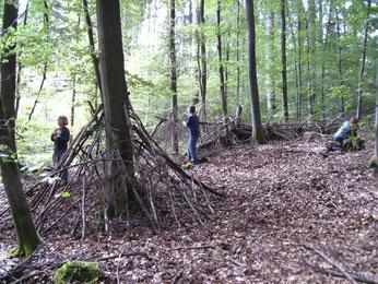 Im Wald bauten die Kinder mit großer Begeisterung und Kreativität Hütten und Geheimverstecke