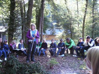 Eva Saftig vom NABU Rengsdorf erarbeitete mit den Kindern das Thema Wolf