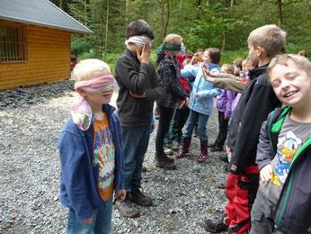 """Als """"Ameisen"""" versuchten die Kinder, sich nur mit Hilfe der Nase an einem charakteristischen Duft zu erkennen"""
