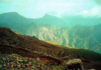 zartes Sonnenlicht leuchtete in die zerklüfteten Berge hinein