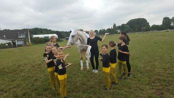 Die Fördergruppe 2 mit Pferd Obelix und neuer Longenführerin Ina Schultze.