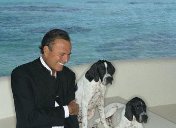 Хулио Иглесиас и его любимцы Чарли и Чаплин. Фото: Julio Iglesias' Office