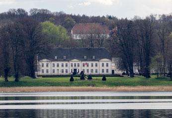 Bild: Schoss Louisenlund in Missunde - heute ein Internat, Grundschule, Ganztagsgymnasium und IB World School an der Schlei in Schleswig Holstein
