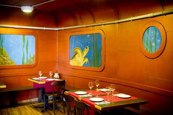 Comer dentro de un «submarino» en El Marino-Port