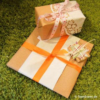 Toll verpackte Geschenke mit Packpapier und bunten Accessoires kindergeburtstag feiern jugendweihe geschenk
