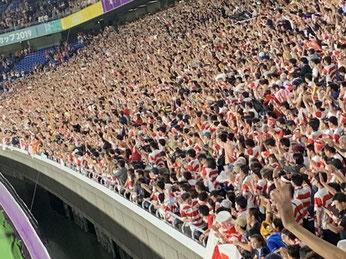 観客席は競技に集中し応援します。サッカーや野球の競技場ののぼり・風船・プラカードはない。