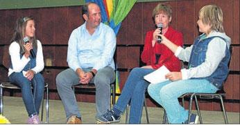 """Interview: Zu Wort kamen in der """"Fernseh-Show"""" der Gemündener Sechstklässler auch die Klassenlehrer Ralf Martin und Elke Thursar-Eichelbeck. Foto: Battefeld"""